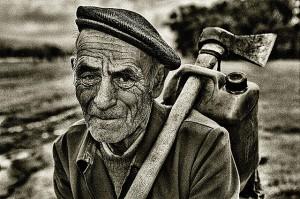 taglialegna anziano
