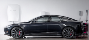 Una Tesla model S ed un sistema di accumulo Powerwall